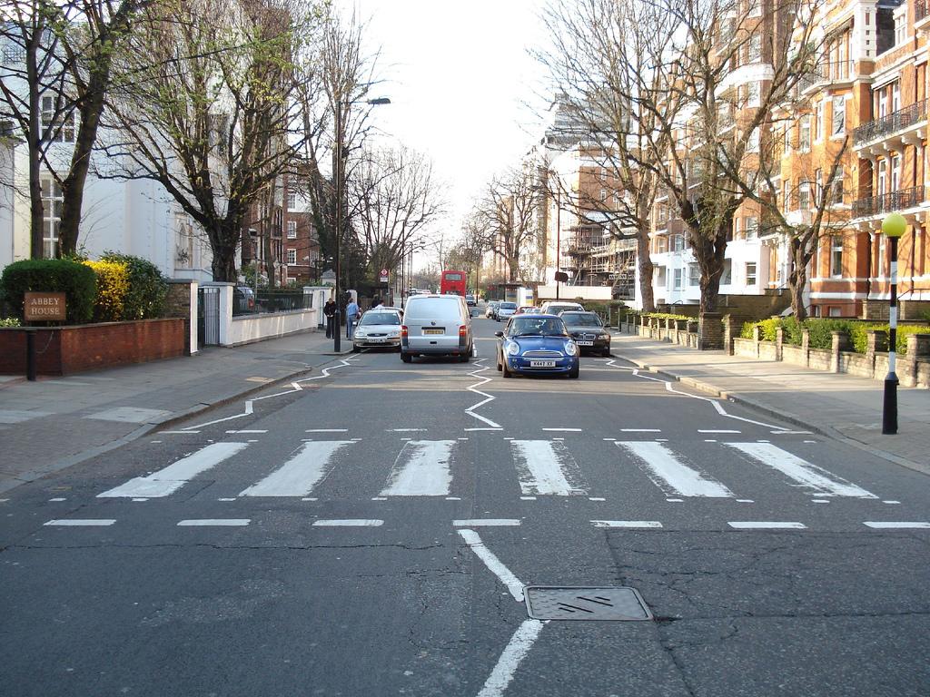 Trudna umiejętność przechodzenia przez jezdnię. Wizyta na Abbey Road